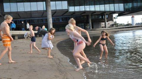 KALDT: Med skrekkblandet fryd kastet klasse 4B ved Fagerli skole seg ut i havet fra Batteristranda.