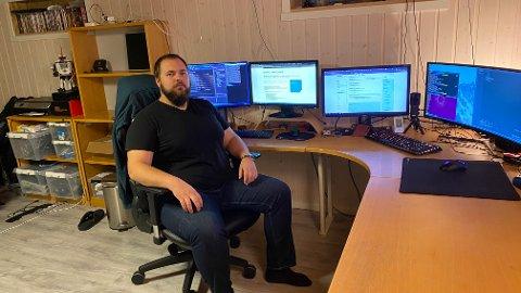 SOFTWAREUTVIKLER: Fra sitt hjemmekontor utvikler Trym Kristian Bjørnvik fremtidens løsninger i Kongsberg Gruppens maritime sektor.