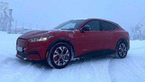 Bilklassen er SUV, men Mustang Mach-E er såpass sporty i linjene at den nesten er en mellomting mellom SUV og femdørs kombi.