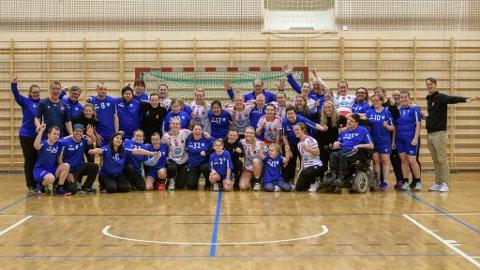 STJERNEKVELD: Det var god stemning på trening og Larvik Turns lag for tilrettelagt håndball da Larvik HKs damer kom på overraskelsesbesøk. Etter «treningskampen» ble det selvfølgelig lagbilde.