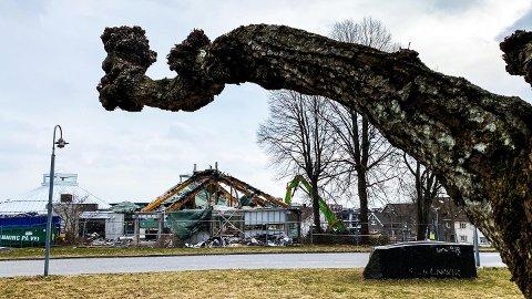 BYGGES OPP IGJEN: Onsdag ble det vedtatt i et lukket formannskap at kommunen vil gå for en såkalt «styrt gjenoppbygging» etter bibliotekbrannen.
