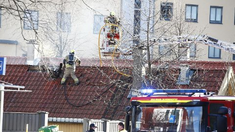 FYR I TAKET: Brannvesenet jobbet iherdig for å stoppe brannen i St. Halvards gate i Oslo.
