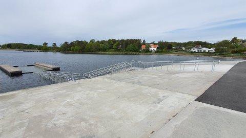 BAD FOR ALLE: Den nye løsningen ved Bjønnes brygge gjør at også rullestorbrukere og andre med funksjonshemming kan bruke badeplassen.