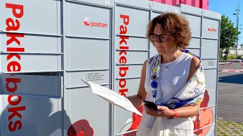 TEST: Tone Wille, konsernsjef i Posten Norge, tester pakkeboksen og viser hvordan den fungerer. Foto: Nina Lorvik (Mediehuset Nettavisen)