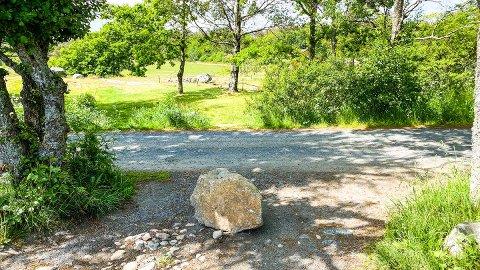 STENGT: En stor stein sperrer nå veien inn til det som har vært en parkeringsplass i rundt 50 år.