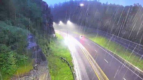 Øverst, midt på bildet treffer helikopteret høyspentlinjene. De to lysene er fra navigasjonslanternen på helikopteret og fra kortslutningen.
