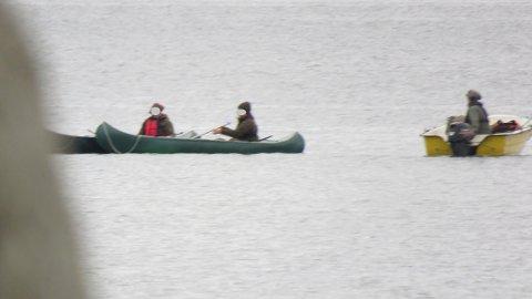 ULOVLIG: Alt tyder på at disse tre karene bedrev ulovlig jakt innenfor fuglefredningsområdet på Mølen søndag morgen.