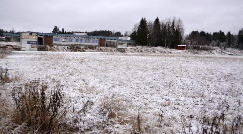 Kunstgress: Mellom den planlagte kunstgressbanen, nærmest på bildet, og Sørskogbygda skole er det ei aktivitetsflate, og til høyre en fotballbane.Foto: Trine H. Løken