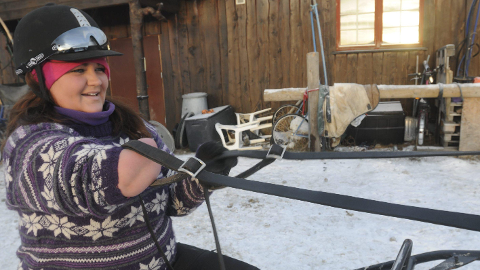 RÅSTERK: Tonje Skamfer Mikkelsen har armstyrke og vilje som få andre, og trener hester selv om hun mangler en halv arm.