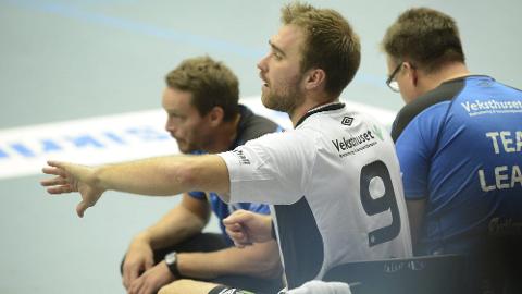 DÅRLIG PERIODE: Christian Berge (til venstre) kjenner godt til utfordringene Michael Apelgren har som spillende trener. Men landslagssjefen mener det ikke nødvendigvis er det som gjør at Elverum nå har tapt fire strake kamper.