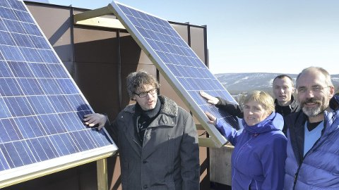 LAGER STRØM: For ett og et halvt år siden ble det montert solceller på rådhustaket i Tynset. Fra venstre ordfører Bersvend Salbu, avdelingsingeniør Hilde Aanes, Ingvar Brohaug i Nord-Østerdal kraftlag og Svein Magne Storaas fra teknisk etat i Tynset. (Foto: Tore R Steien)