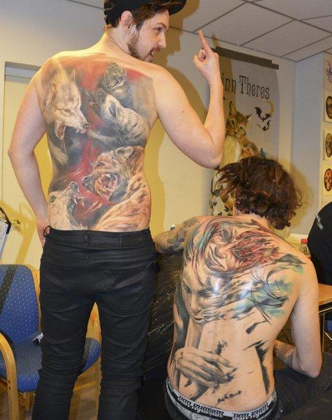 Ryggbilde: Tatovør Pawel Skarbowski og Johan Månsson viser fram ryggtatoveringene sine. De tar ca. 40 timer å lage.