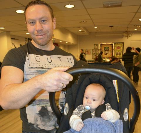 Ideer: Kim Madsen fra Elverum har med seg sønnen Laurits (4 mnd) på rekognoseringstur for en framtidig tatovering til far.