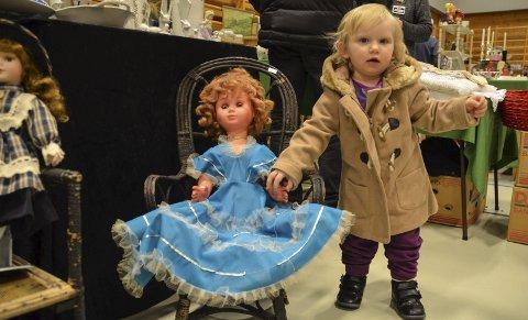 To prinsesser: Ei fin tivolidokke fanget oppmerksomheten til Alva Blikkberget-Gundersen.