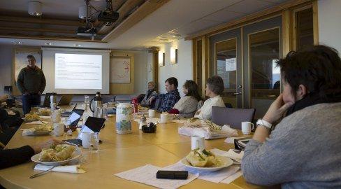 LANDER: Ulvemerkingsprosjektet Skandulv får Åmot kommunes tillatelse til å lande med helikopter i Åmot i vinter. Bilder er fra møtet i hovedutvalget går, der saken ble behandlet. Til venstre med ryggen til er leder Sissel Frang Rustad.                      Foto: Maria Velve Søgaard