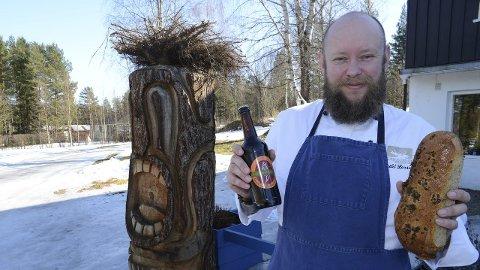 Barkebrød og ØL: Arild Larsen og Nitaåjusi, skulpturen, ønsker velkommen til spennende mat- og drikkeopplevelser på Åsnes Finnskog.