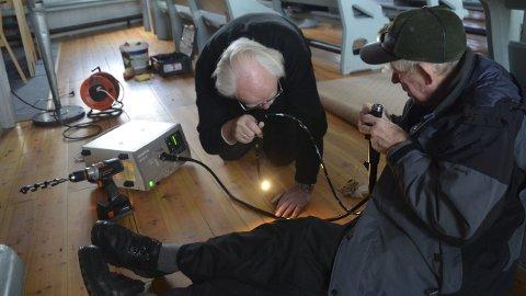 GA KLARSIGNAL: Pensjonert overlege Victor Høeg (t.v.) og Ola Grønn-Hagen foretok grundige undersøkelser under gulvet i Tynset kirke.foto: jan kristoffersen