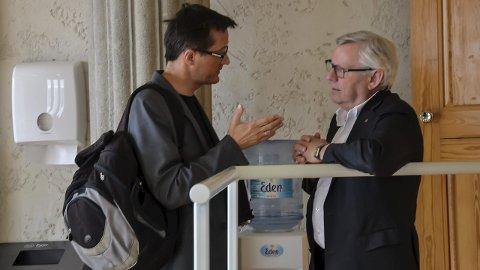 SØKER ENIGHET: Ingvar Midthun (Ap), til venstre, og ordfører Erik Hanstad (H) diskuterer hvordan de skal jobbe videre med det reviderte budsjettet. Målet er fortsatt å komme fram til en omforent løsning som alle kan stille seg bak. – Det smaker ikke godt å svelge kameler, men det går, sier ordfører Erik Hanstad. Foto: Randi Undseth