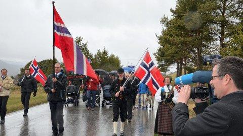 REGN: Her fra 17. mai 2012 der innbyggerne i Folldal måtte tåle regn under folketoget.