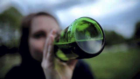 IKKE SÅ KULT: Flere jenter enn gutter drikker, men blant ungdom i Løten gir det stadig mindre status i vennegjengen å drikke seg full. (Foto: NTB Scanpix)