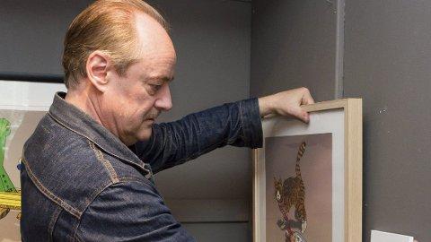 BILDER: De er fargesterke, detaljerte og humoristiske, bildene til Eldar Vågan. I dag åpner han utstilling i Galleri Alida på Rena.   Foto: Kristin Søgård
