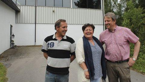 ENIGHET: Her ble kontrakten mellom kommunen og Rena IL undertegnet. F.v.: Knut Magnussen (nestleder Rena IL), Sidsel Rustad (leder av forhandlingsutvalget med idrettslaget) og Hans Petter Wahl Adolfsen (leder i Rena IL). (Foto: Privat)
