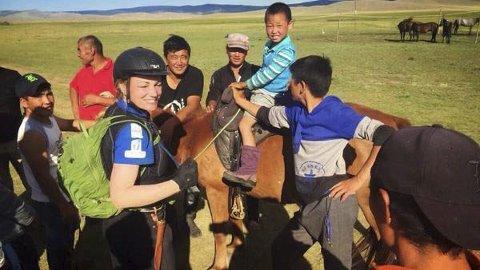 KULTURMØTE: Et av få pressebilder av Cathrine Fodstad fra arrangøren der vi ser henne møte med lokale barn og ungdommer.
