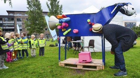 LYDVERKSTED: Kunstner Morten Gran synger gjennom et fantasidyr for Vestad barnehage. (Alle Foto: Mari Nyberget)