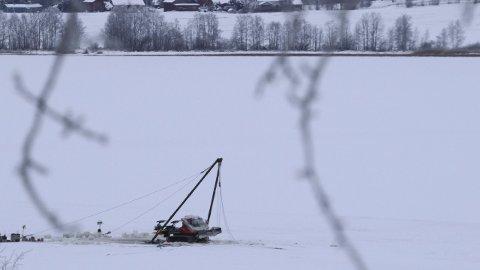 INGEN LEKKASJE: Løypemaskinen var oppe på isen igjen fredag, og det har ikke vært noen lekkasje fra den. (Foto: Sverre Viggen)