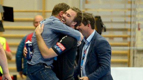 VILL JUBEL: Michael Apelgren omfavnes av sportslig leder Bjørnar Myhren etter bragden mot Montpellier i fjor høst. Nå kan de få mer å juble for i Champions League.