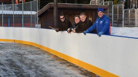 SNART KLART: Brenneriroa & Omegn Vel kan snart åpne den nye ishockeybana ved Lund skole i Løten.  Jørgen Kjellberg, Lars Vestengen, Dan Ståle Østli og Tommy Ottosen er blant de mange frivillige som har deltatt på dugnaden.
