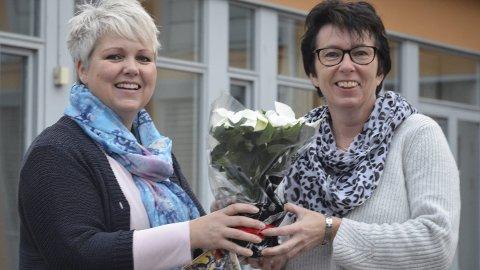GRATULERER: – En kjempeprestasjon, sier Løten kommunes kultursjef Bente Hagen (til venstre) til formann i Bruksmusikken, Marit Hjelløkken.