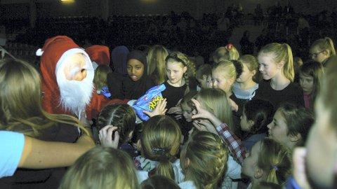 JULENISSEN ER POPULÆR: Julenissen er Populær: I turnhallen var det mange «snille barn», og julenissen hadde godteriposer til alle. Men det var ikke alltid like lett å vente på sin tur. (Foto: Freddie Øvergaard)