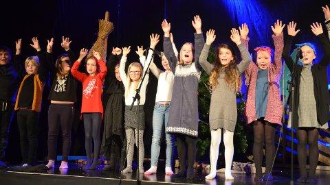 GLADE: Mange kjente julesanger sto på programmet da elevene fra første til fjerde trinn på Jønsrud skole inviterte til årets juleforestilling.