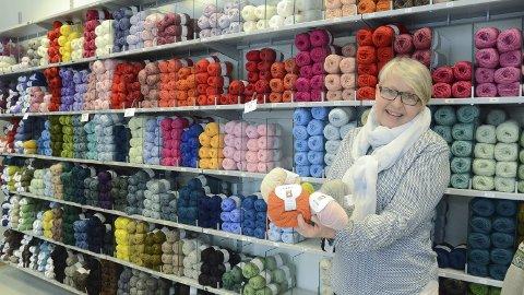 Sprer strikkeglede: Eli Vik jobber i Hamars garnbutikk «Tre Nøster», og kommer gjerne med tips og råd rundt garn og strikking. Alle foto: Ragnhild ekornrud