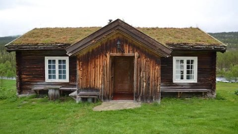 Østerdalsstua på Søndre Finstad i Stor-Elvdal ligger på en godt vedlikeholdt fjellgård med tilhørende seter i Østerdalen med til sammen 17 laftede 1800-tallsbygninger. Støtten fra Kulturminnefondet går til restaurering av vinduer. (Foto: Kulturminnefondet)