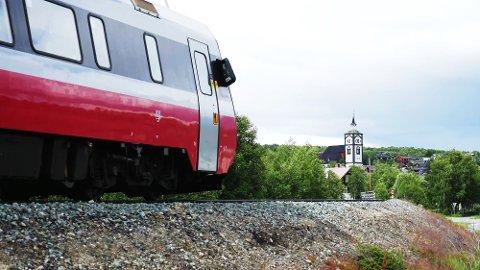 NY AVGANGSTID: Fra og med 15. august vil toget som i dag går fra Røros kl. 16.23 få ny avgangstid fra Røros kl. 16.20. (Foto:Tore Bjørback Amblie/NSB)