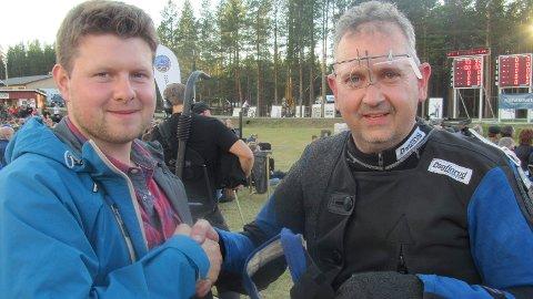 GRATULASJON: Matheas Mamb var blant de første som gratulerte Einar Furuseth med den fine innsatsen under LS. (Foto: Freddie Øvergaard)