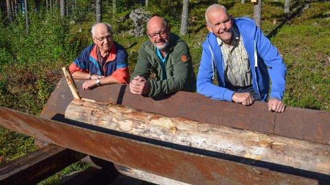 TRADISJON: Ivar Stensåsen, Odd-Arne Bronkebakken og Per Udnæseth viser fram en bleistokk. Når den ble sendt i renna, var det et signal til fløterne om å ta pause.