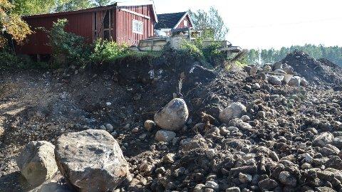 SØPPEL: Glass, metall, plast og annet avfall er synlig i store mengder, så langt som tre-fire meter ned i bakken.