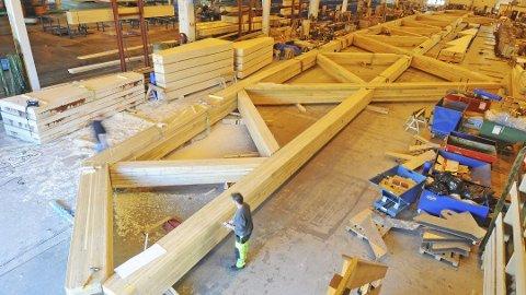 DIMENSJONER: Det bygges enormt hos Moelven Limtre når nye bruer på nær 100 meter skal leveres. Her ligger nye Norsenga Bru som skal leveres til Kongsvinger. En brulevereanse med kontraktssum på 40 millioner kroner. (Foto: Geir Bjerke)