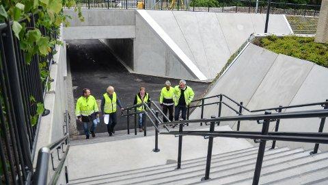 UAVKLART: Fotgjengerundergangen ved Løten stasjon åpnet i sommer. Det er fortsatt uenighet om grunnerstatninger.