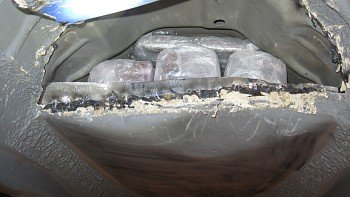 HASJ I BUNNPANNA: Under bilen fant Tollvesenet 13 kilo hasj.