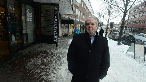 Steinar Jensen hos Sport 1 i Storgata i Elverum hjelper gjerne til med å utvikle Rådhusplassen som et bilfritt område, men vil ikke ha forandring i Storgata. (Foto: Anita Høiby Gotehus)