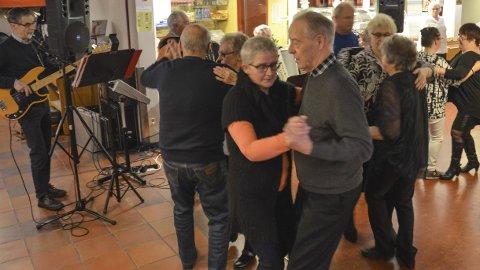 POPULÆRT: Det er folksomt på gulvet og god stemning. I år planlegger venne- og pårørendeforeningen ni danseafter.
