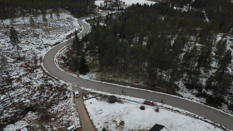 DRAMA: Detter er vegen fra Åkrestrømmen mot Drevsjø. Her bankranernes flukt etter at de først kjørte av vegen ved privateiendommen og så ble innhentet av store politistyrker i skogholtet opp til venstre i bildet.