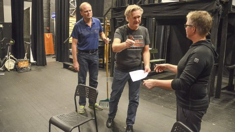 ØVER: Per Bekkevold og Trine Engebakken Edvardsen får instruksjon av Arild Halvorsen på scena i Løten kino. Fredag 10. november er det premiere for Nordbygdarevyens jubileumsforestilling «Bygdesnadder 25».