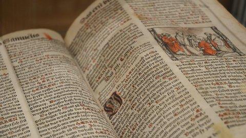 MED GOTISK SKRIFT: To originale bibler fra 1500-tallet stilles ut på Løten folkebibliotek i anledning 500-årsjubileet for reformasjonen.