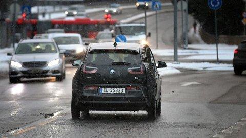 BLI SETT: Moderne biler har gjerne en automatisk funksjon som skrur på baklysene når det blir mørkt nok, men i snøføyk og skumring er det ikke alltid lysene skrus på. Da risikerer du ikke å bli sett, mener NAF.
