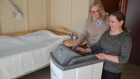 ROBOT: Maskinen erstatter smittevask, men vanlig renhold må fortsatt gjøres på gamlemåten, ifølge renholdsleder Anne Kristin Knudsen (t.v.) og Anna Lena Aas på Løten helsetun.